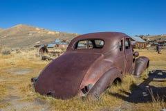 生锈的汽车击毁在Bodie 免版税库存图片
