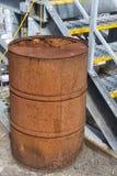 生锈的油桶码头区 免版税库存图片