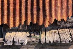 生锈的波状钢板料和老木背景 免版税库存照片