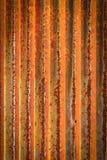 生锈的波状钢金属范围锌墙壁纹理背景 免版税库存图片