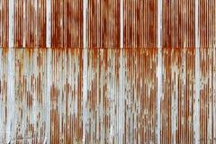 生锈的波纹状的金属板,被镀锌的铁板材纹理  库存图片