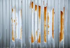 生锈的波纹状的钢片  库存图片