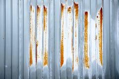 生锈的波纹状的钢片  库存照片