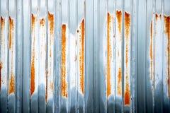 生锈的波纹状的钢片  免版税库存照片