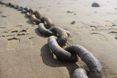 生锈的海滩链子 免版税库存照片