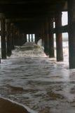 生锈的海滩桥梁 免版税库存照片