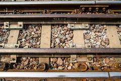 生锈的火车轨道特写镜头与轨枕和小卵石的,水平 免版税库存图片