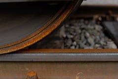 生锈的火车马车车轮和路轨 库存照片