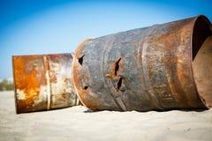 生锈的燃料或化学制品滚磨左作为垃圾或废物在sa中 库存照片