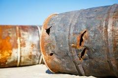 生锈的燃料或化学制品滚磨左作为垃圾或废物在sa中 免版税库存图片