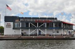 生锈的甲板排水孔餐馆&酒吧在内在港口在巴尔的摩,马里兰 免版税库存图片