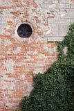 生锈的砖墙 免版税库存图片