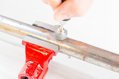 生锈的管子清洁有转台式多工具的 库存照片