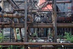 生锈的管道和建筑 库存图片
