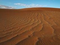 生锈的红色沙丘的美好的自然样式与蓝天和白色云彩背景, Sossus, Namib点心的 免版税库存照片