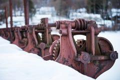 生锈的红色水坝轮子 免版税库存图片