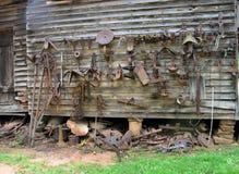 生锈的老农场设备 库存照片