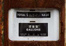 生锈的老加油泵,当气体是33分每加仑 免版税库存照片