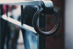 生锈的老圆环在雨中 免版税图库摄影