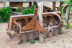 生锈的老圆盘耙,农业工具 免版税库存照片