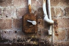 生锈的老折衷开关光秃的缆绳brickwall 免版税库存图片