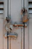 生锈的老挂锁和锁紧螺栓在金属门 库存图片