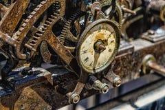 生锈的老有损坏的拨号盘的钟表机构大时钟 库存图片