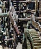 生锈的老有损坏的拨号盘的钟表机构大时钟 免版税库存图片