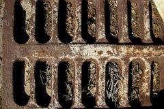 生锈的老格栅 与纵向凹痕的布朗表面 免版税库存照片