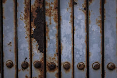 生锈的老波状钢篱芭 免版税库存照片