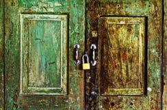 生锈的老绿色木门 库存图片