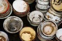 生锈的老罐和碗 免版税库存照片