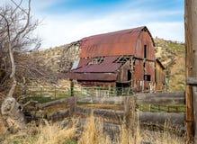 生锈的老谷仓和木头篱芭在农村爱达荷 免版税图库摄影