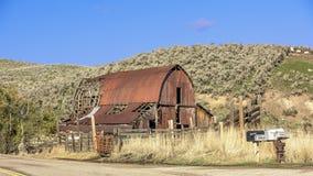 生锈的老谷仓在爱达荷的国家 库存照片