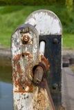 生锈的老运河上锁的门机制-图象 库存照片