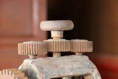 生锈的老铁嵌齿轮 这是一个轮子或酒吧与一系列的投射在与衔接通过转移行动的它的边缘 免版税库存图片