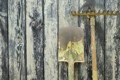生锈的老铁锹和犁耙 免版税图库摄影