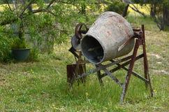 生锈的老水泥搅拌车腐蚀 免版税库存图片