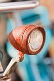 生锈的自行车前灯由太阳,阿姆斯特丹,荷兰点燃了 免版税库存图片