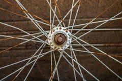 生锈的自行车轮子 库存照片