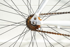 生锈的自行车链子维护和修理 免版税库存图片