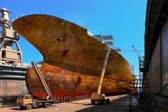 生锈的船在码头 免版税库存照片