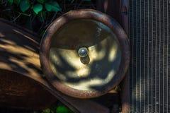 生锈的葡萄酒汽车前灯和幅射器 库存图片