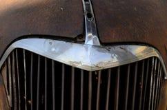 生锈的葡萄酒汽车镀铬物格栅细节 免版税库存照片