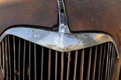 生锈的葡萄酒汽车镀铬物格栅细节 免版税库存图片