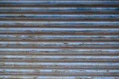生锈的蓝灰色快门背景 免版税库存图片