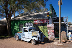生锈的蓝色汽车在塞利格曼,亚利桑那 库存图片