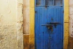生锈的蓝色门在麦地那 库存照片