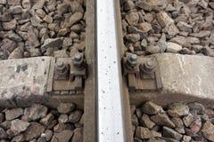 生锈的螺丝和坚果细节在老铁轨 与生锈的基本要点的腐烂的领带 免版税库存图片