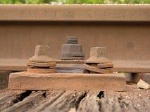 生锈的螺丝和坚果细节在老铁轨 与生锈的基本要点的Rooten木领带 库存照片